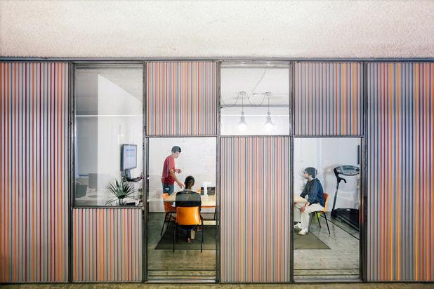 Amenajari de birouri: pereti despartitori din usi de garaj culisante