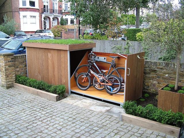 garaj biciclete acoperis verde