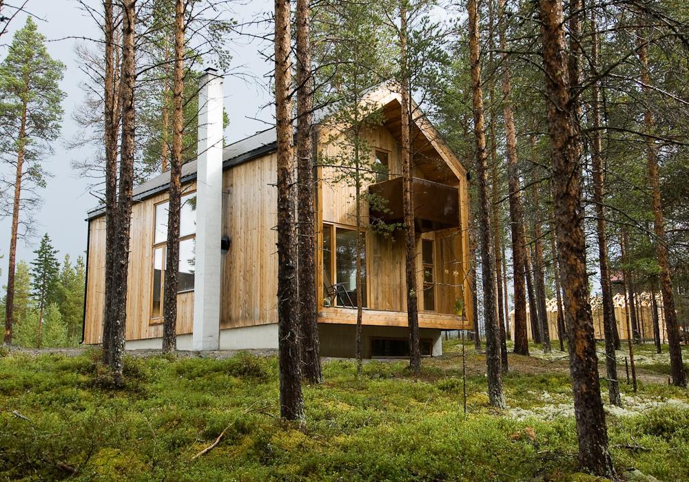 O casă de lemn în stil scandinav tradiţional, modernă şi luminoasă