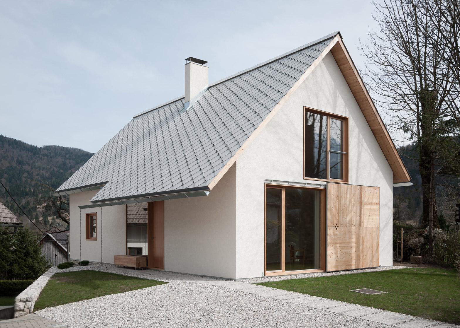 O casă modernă de 100 metri pătraţi, cu liniile simple ale arhitecturii tradiţionale