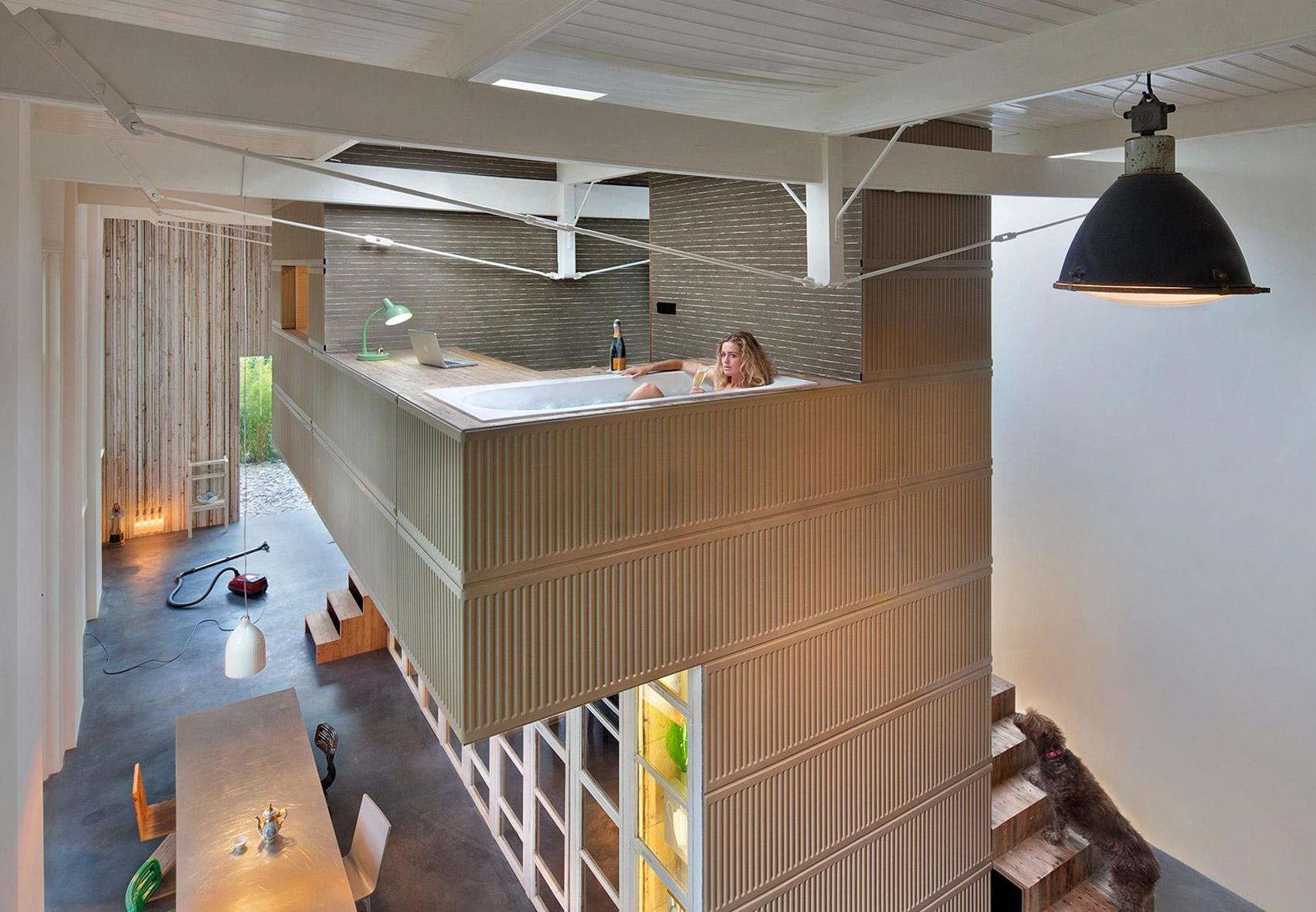 Folosire neobişnuită a spaţiului pe verticală: o baie suspendată