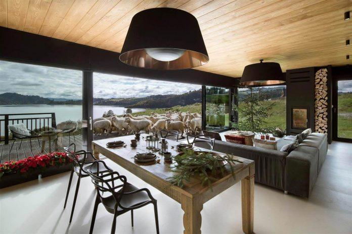 Cum să organizezi o masă mare într-o casă mică
