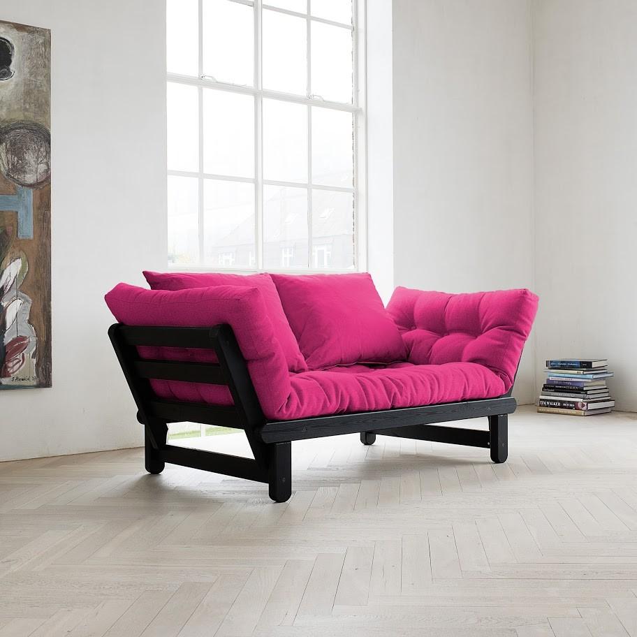 O canapea extensibila pe lungime, din lemn natur