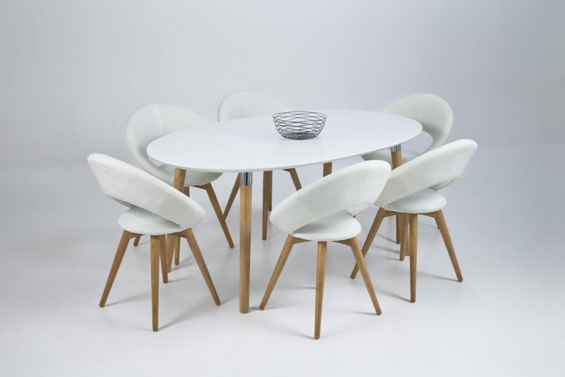 Blatul rotund al mesei se potriveste perfect cu forma scaunelor.
