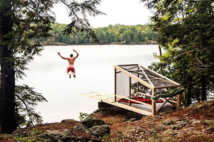 Ai deschidere la apă? Uite o platformă din lemn simplă şi ieftină pentru visare şi plonjoane