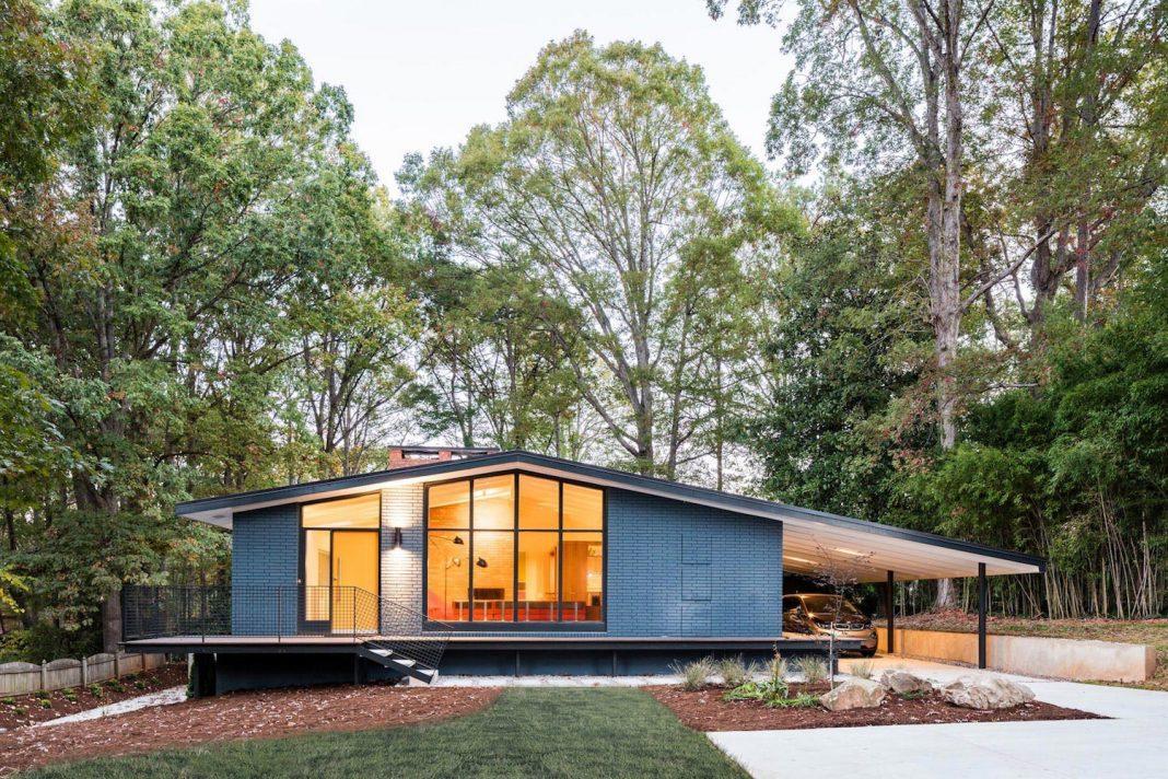 Un proiect de casă pe 2 nivele: apartament complet la parter, spaţii tehnice şi de recreere la subsol