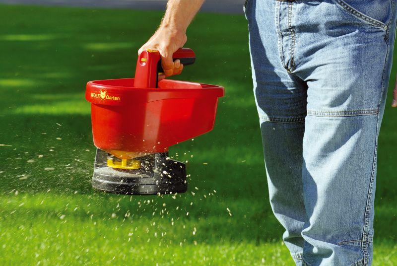 dispozitiv pe baterii pentru imprastierea seminte si fertilizatori gazon
