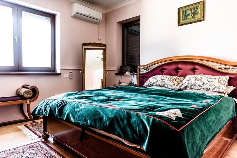 dormitor in stil clasic cuvertura catifea