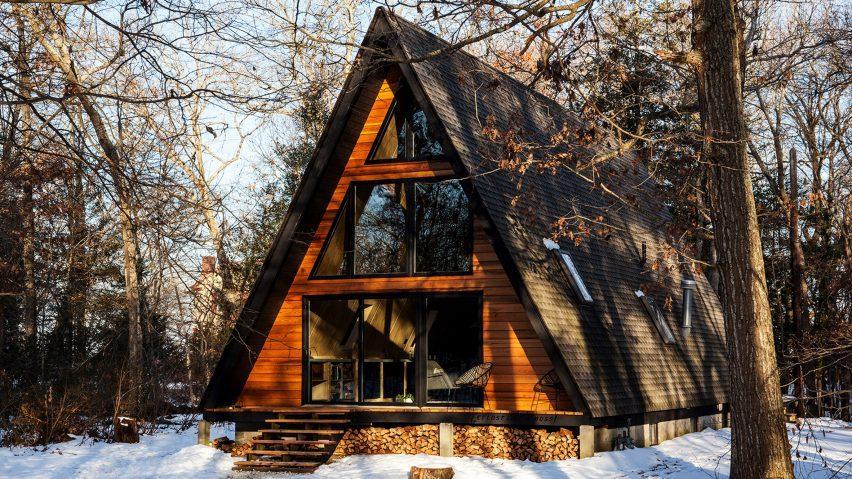 Casă de vacanță cu structură în formă de A, amenajată în stil scandinav, cu materiale simple