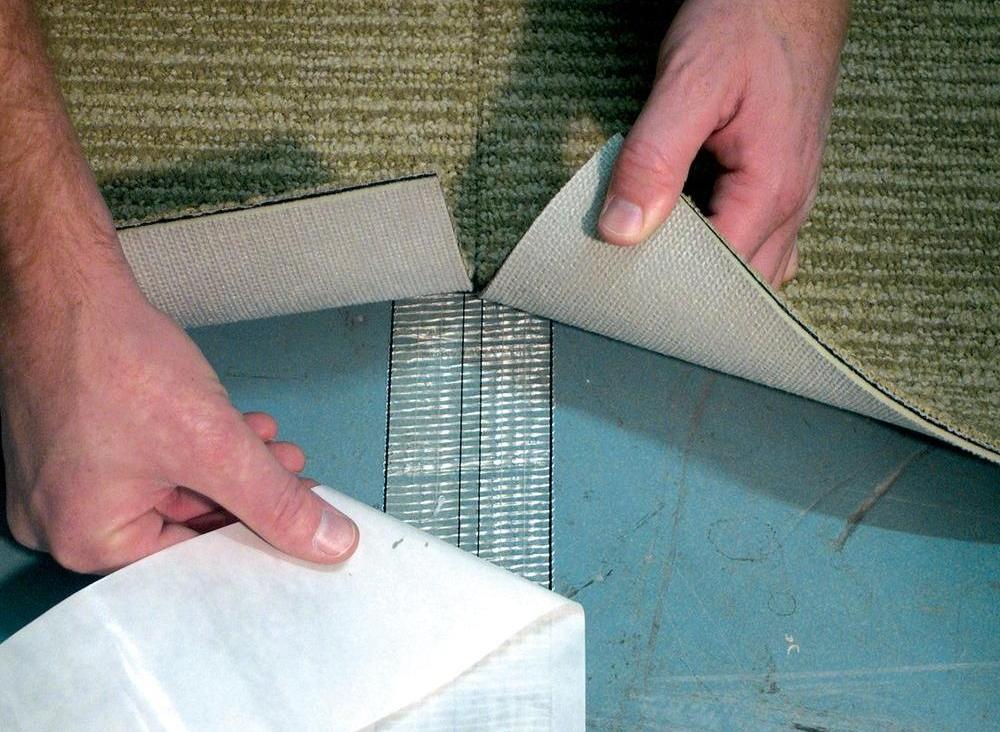 utilizări casnice ale benzii dublu adezive: fixare mocheta