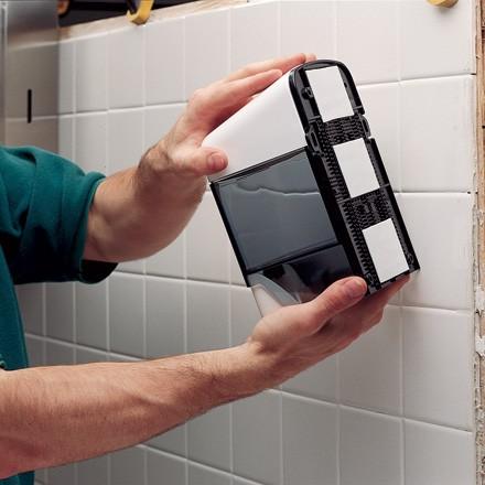 utilizări casnice ale benzii dublu adezive: fixare dispener
