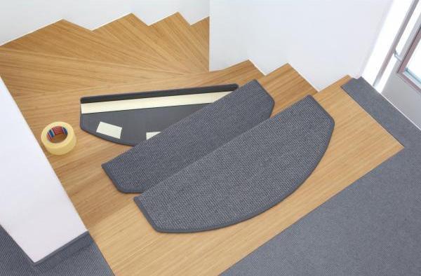 utilizări casnice ale benzii dublu adezive: fixare protectie trepte