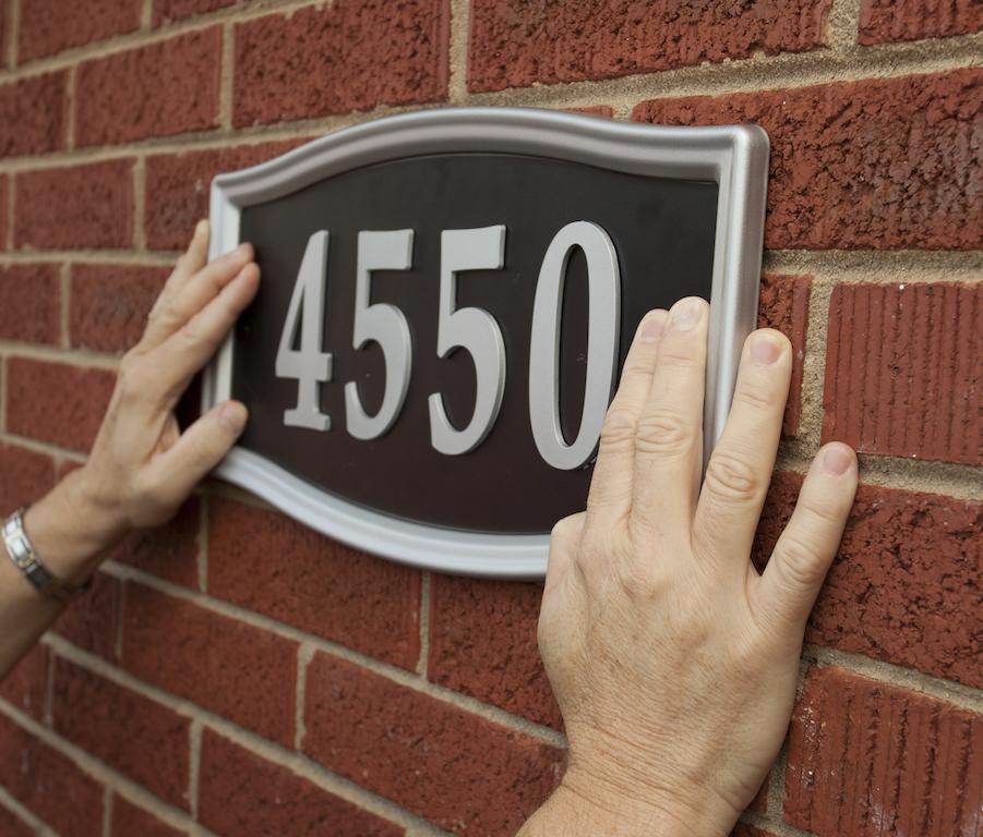utilizări casnice ale benzii dublu adezive: fixare numar casa