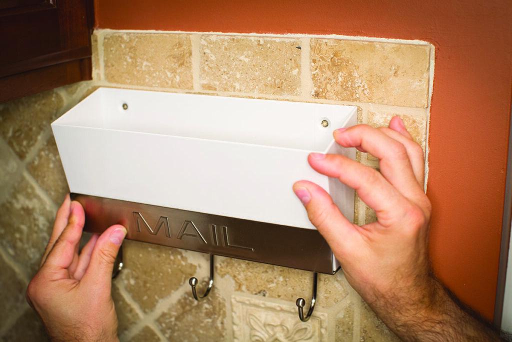 utilizări casnice ale benzii dublu adezive: fixare suport corespondenta