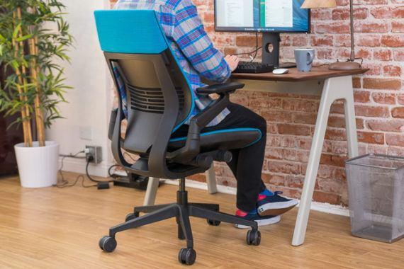Scaun birou: folosirea corecta a cotierelor